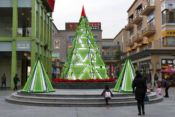 A Glass Christmas Tree In The Central Atrium Of Life Hub Is An Eco Friendly Creation Made From R Modern Christmas Tree Christmas Tree Crafts Modern Christmas
