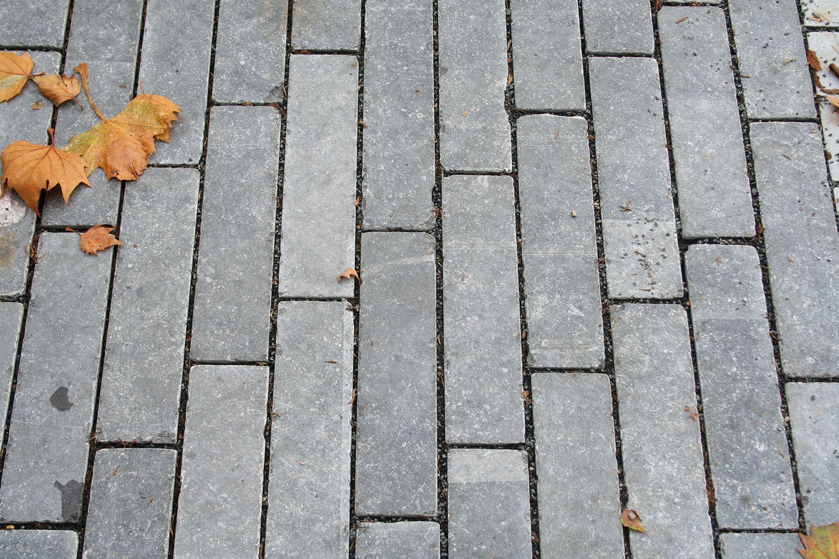 Le Pave Klinkstone Apporte Un Look Ancien A Vos Espaces Exterieurs Pierrebleue Belgianbleuestone Carrieresduhainaut Blauwe Stenen Buitenruimtes Hardsteen