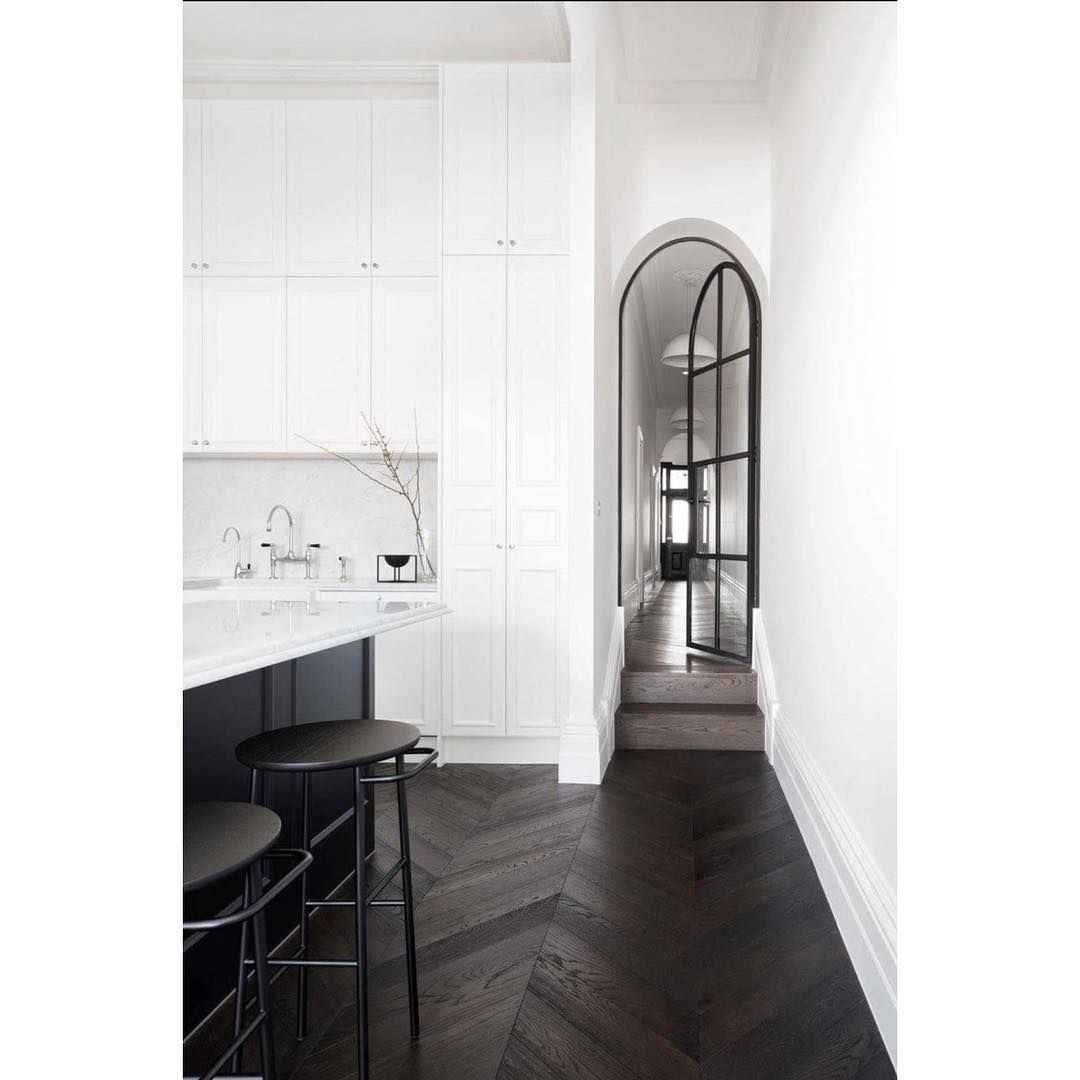 "Realty & Interiors|뉴욕부동산|뉴욕브로커 on Instagram: ""I want this kitchen!! . . . #inspiration #kitchen #interiordesign #darkfloor #highceiling #blackandwhite #whitekitchen #searchwithmina…"""