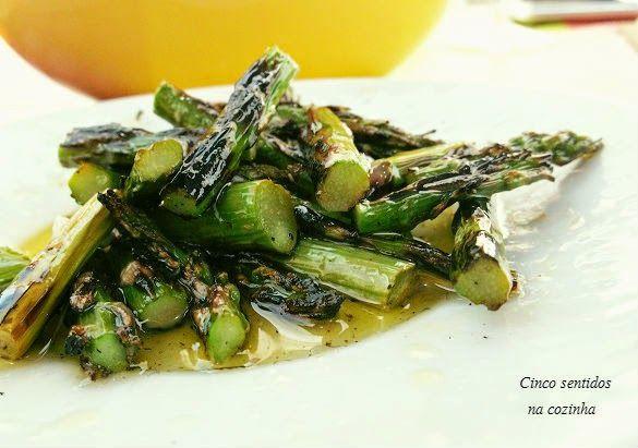 Cinco sentidos na cozinha: Espargos grelhados com azeite e alho