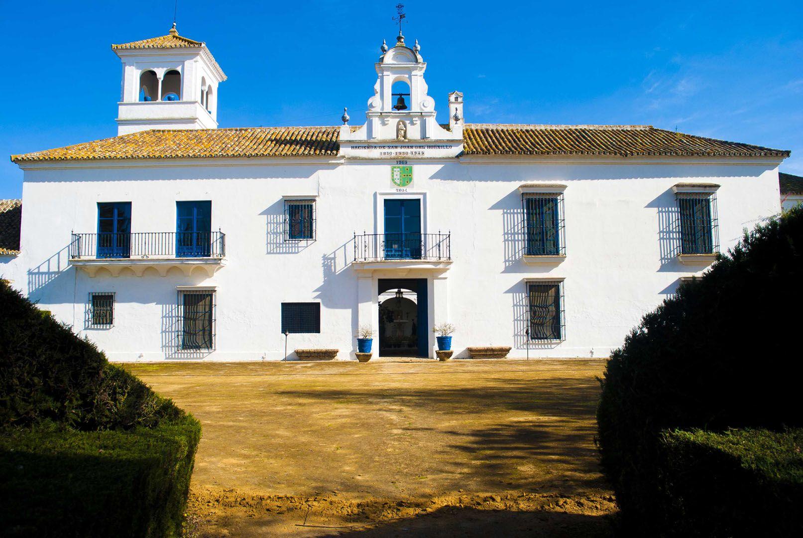 Pin de jose velutini en fachada cortijo en 2019 cortijos for Fotos de fachadas de casas andaluzas