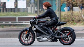 Scarlett Johansson Trades Vette For Electric Harley Davidson In Avengers 2 Motorcycle Harley Harley Davidson Electric Motorcycle Harley Davidson Motorcycles