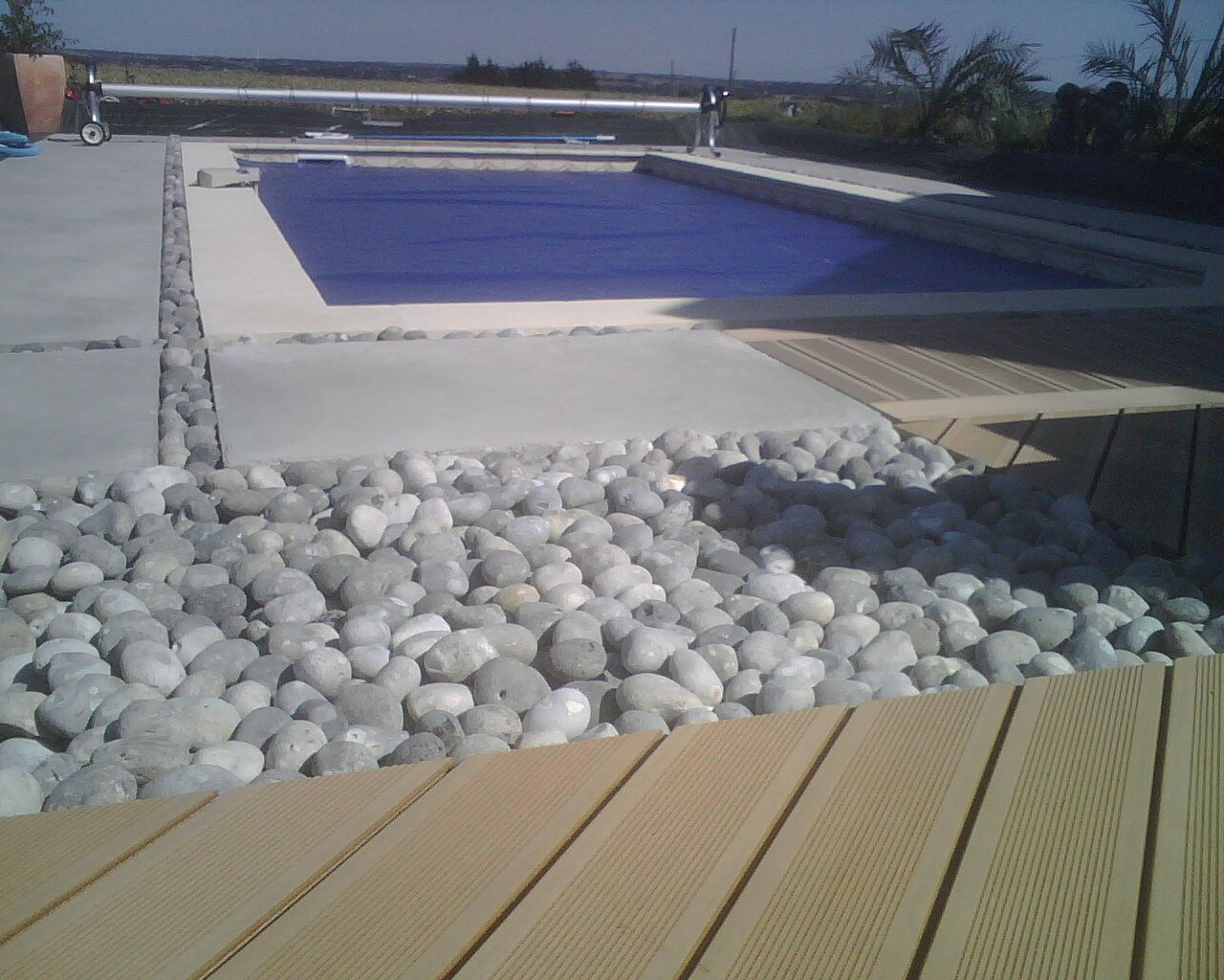 Terrasse composite, Plage piscine en béton lissé avec incrustation ...