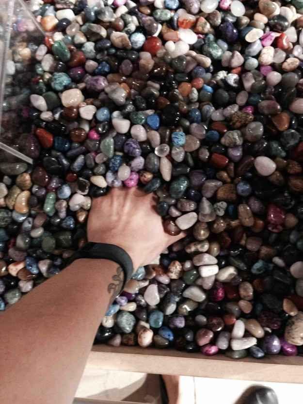 Das Gefühl, deine Hand in diese kalten, kalten Steine zu halten.