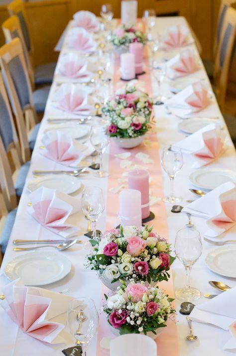 Machen Sie selbst Tischdekorationen für die Taufe – Arrangement in Pink und Weiß