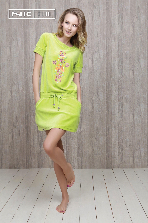 Велюровое платье Fiato («Фиато») представлено в трех сочных цветах — ярко-бирюзовом, оригинальном лаймовом и насыщенном фиолетовом. Платье от Nic Club — с короткими рукавами, игривой юбочкой с карманами, тонкими завязками на мягком поясе. Главное украшение модели «Ник Клаб» — пластиковая аппликация на передней части: замысловатый узор «кислотных» оттенков.