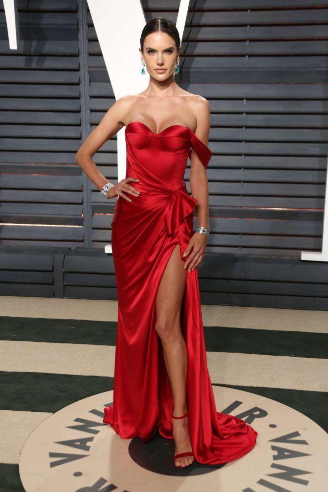611f30a04 Alessandra Ambrosio con un vestido de satén rojo diseño de Ralph Russo