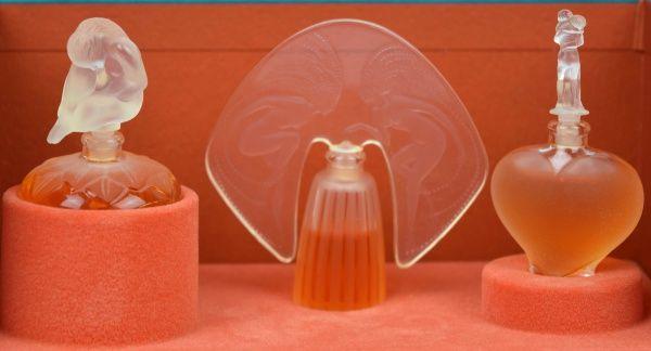 LALIQUE - Três frascos de perfume em miniatura de famos..