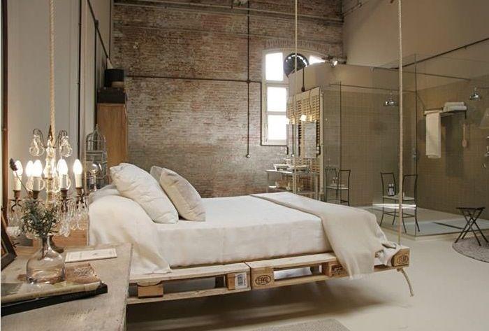 Zwevend bed gemaakt van oude paletten. Meer ideeën met oude paletten ...