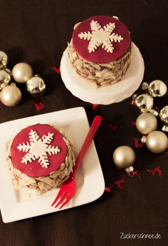 Rezept für kleine weihnachtliche Eierlikörtörtchen gefüllt mit Espresso Mousse au Chocolat und Amarettinis und dekoriert mit einer Fondantdecke