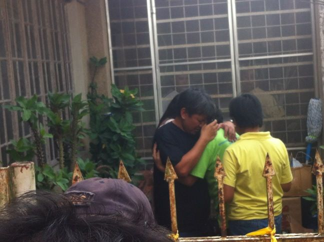 Naguenos find comfort in each other.. #RIP #SalamatJesse #Robredo #Philippines