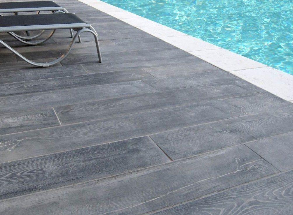 Pierre Reconstituee Ambiance Margelle Piscine Domus Pierre Dallage Aspect Bois Gris Stamped Concrete Poo Wood Pool Deck Pool Decking Concrete Pool Deck Tile