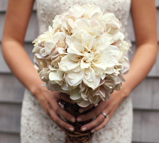 Buquê de noiva rústico é lindo e deixa qualquer noiva ainda mais charmosa.