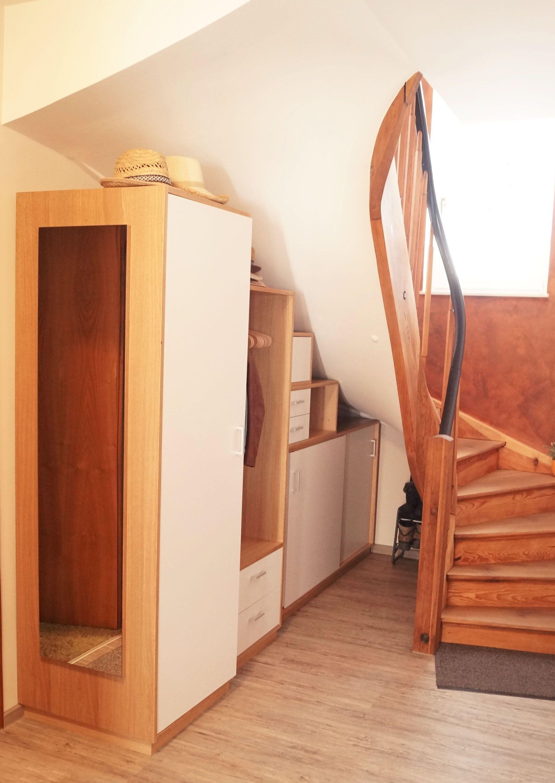 Schrank unter Treppe, in Nische, Schräge, Holztreppe ...