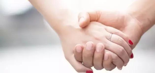 تفسير حلم رؤية شخص تحبه وهو بعيد عنك للعزباء لإبن سيرين Holding Hands