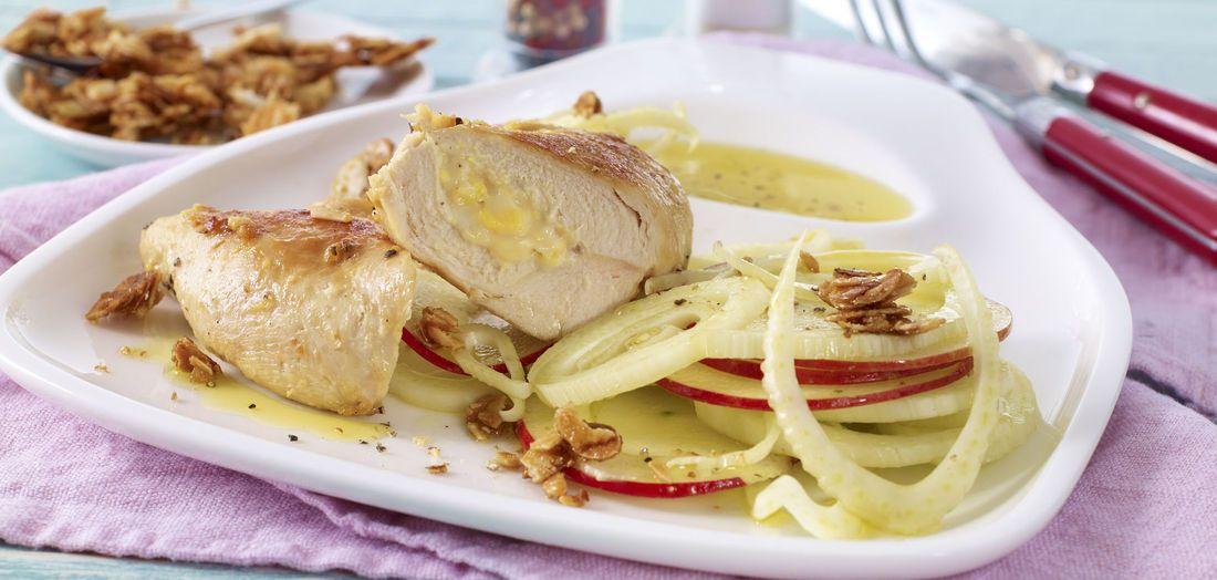 Gefüllte Hähnchenbrust mit Minirolle Ananas Mandel auf fruchtigem Fenchel-Apfel-Salat