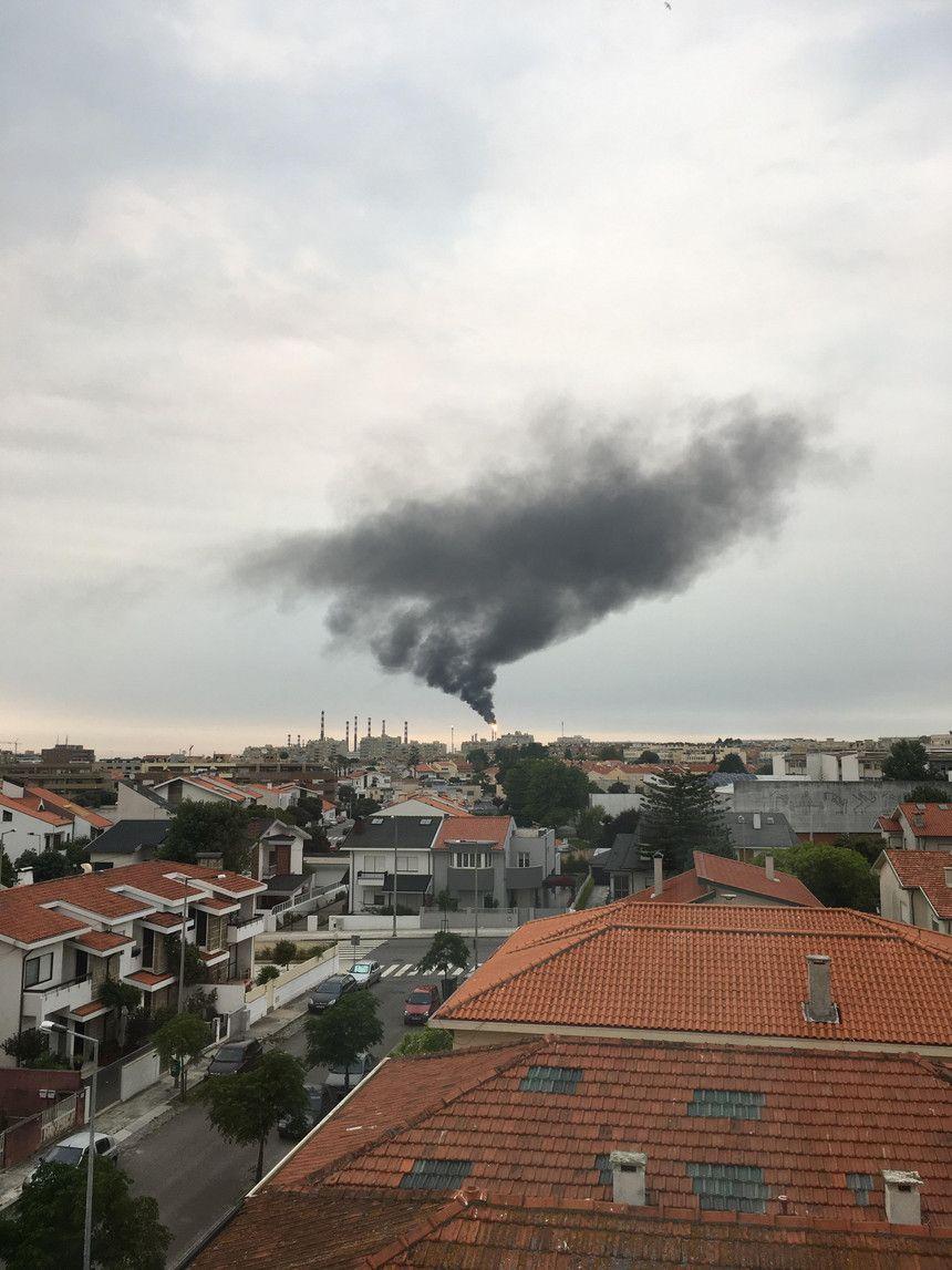 SIC Notícias   Raio atinge para-raios da Petrogal em Matosinhos e causa falha elétrica