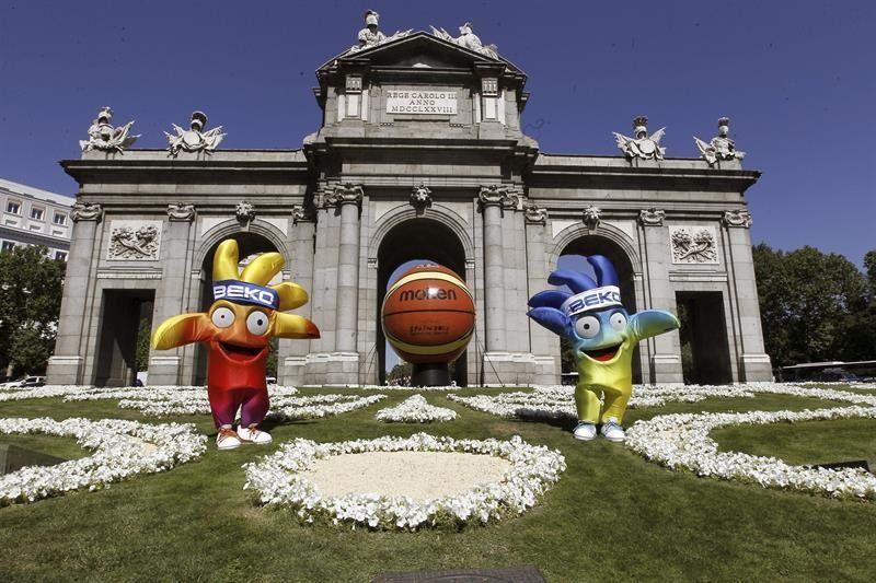 Las mascotas Ole y Hop posan ante la Puerta de Alcalá, durante el acto de presentación hoy de la Copa del Mundo de Baloncesto 2014 que se ce...