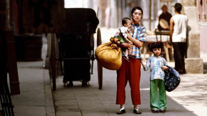 http://www.topchinesemovies.com/wp-content/uploads/2012/05/Lo-Live-1994-Starring-Gong-Li-and-You-Ge.jpg adresinden görsel.