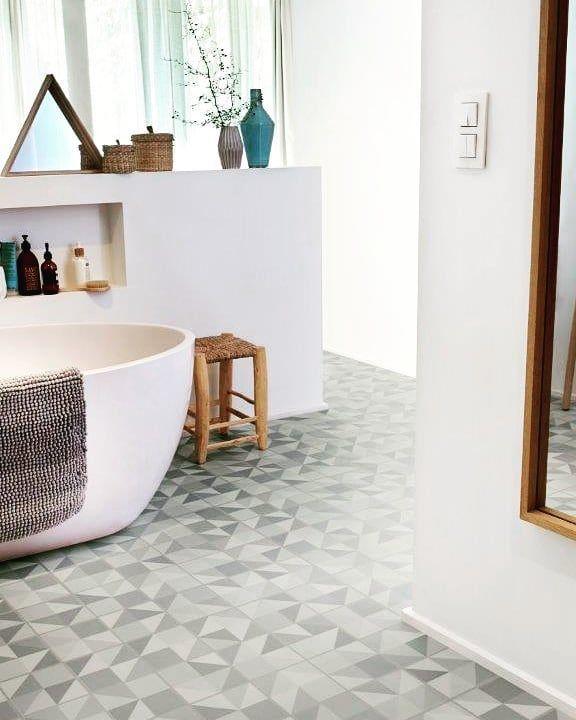 Auch Fur S Bad Bestens Geeignet Vinyl Designboden Vinylboden Tarkett Designboden Badezimmer Bad Bathroom Badewanne Fliessendesign Badezimmerdesign