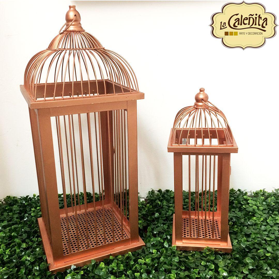 A todo el mundo le encanta un poco de brillo y chispa, razón por la cual nuestras jaulas de cobre se convierten en el accesorio perfecto para decorar tus espacios con una vibra muy vintage. ✨😍✨#DecoracionBodas2017 #TendenciasDecoracion2017 #CentrosDeMesaCali