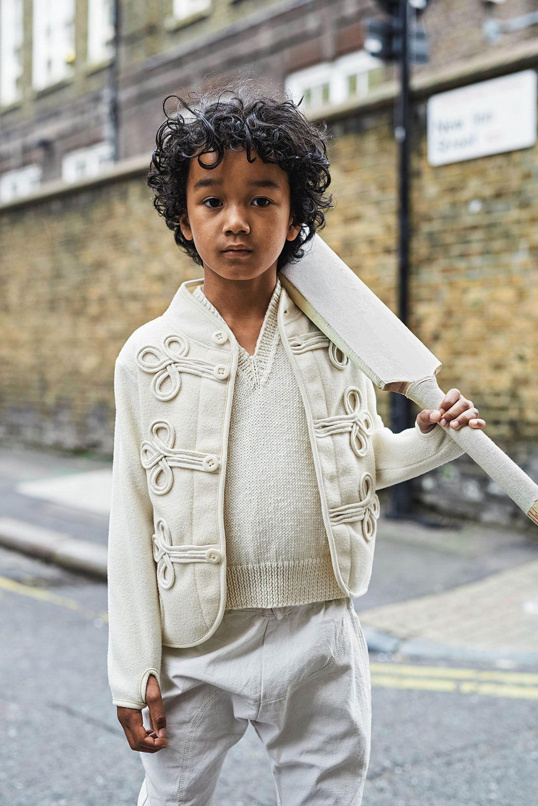 Dandy boy ☞ Plus de contenu sur www.milkmagazine.fr Direction artistique : Liz Sheppard Photos : Luca Zordan Style : Nadia Ronchi Mise en beauté : Jade Legatt Modèles : Brooke et Danny