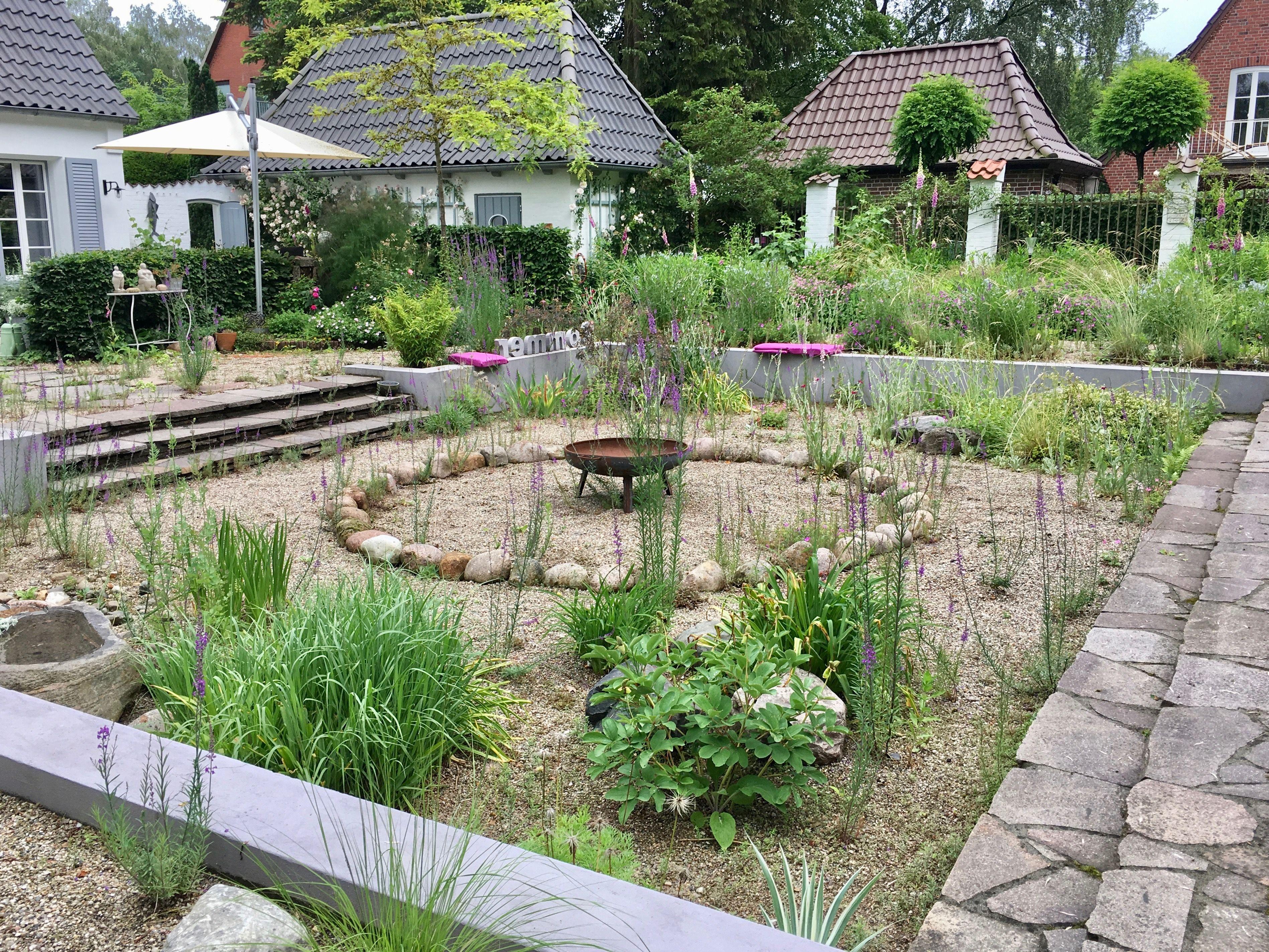 Dieser Sonniger Senkgarten Ladt Auf Vielfache Art Und Weise Zum Verweilen Ein Sonnenliebende Stauden Sorgen Fur Lebend Garten Gartengestaltung Licht Im Garten