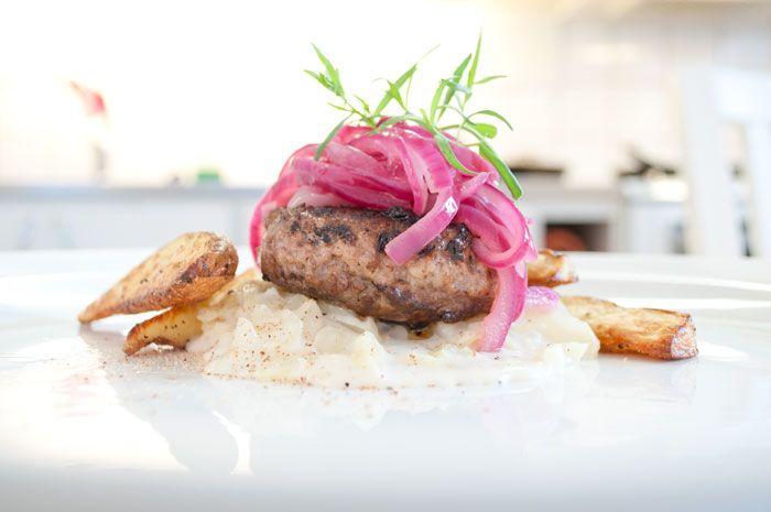 Pannbiff med stuvad vitkål, syltad rödlök och rostad potatis