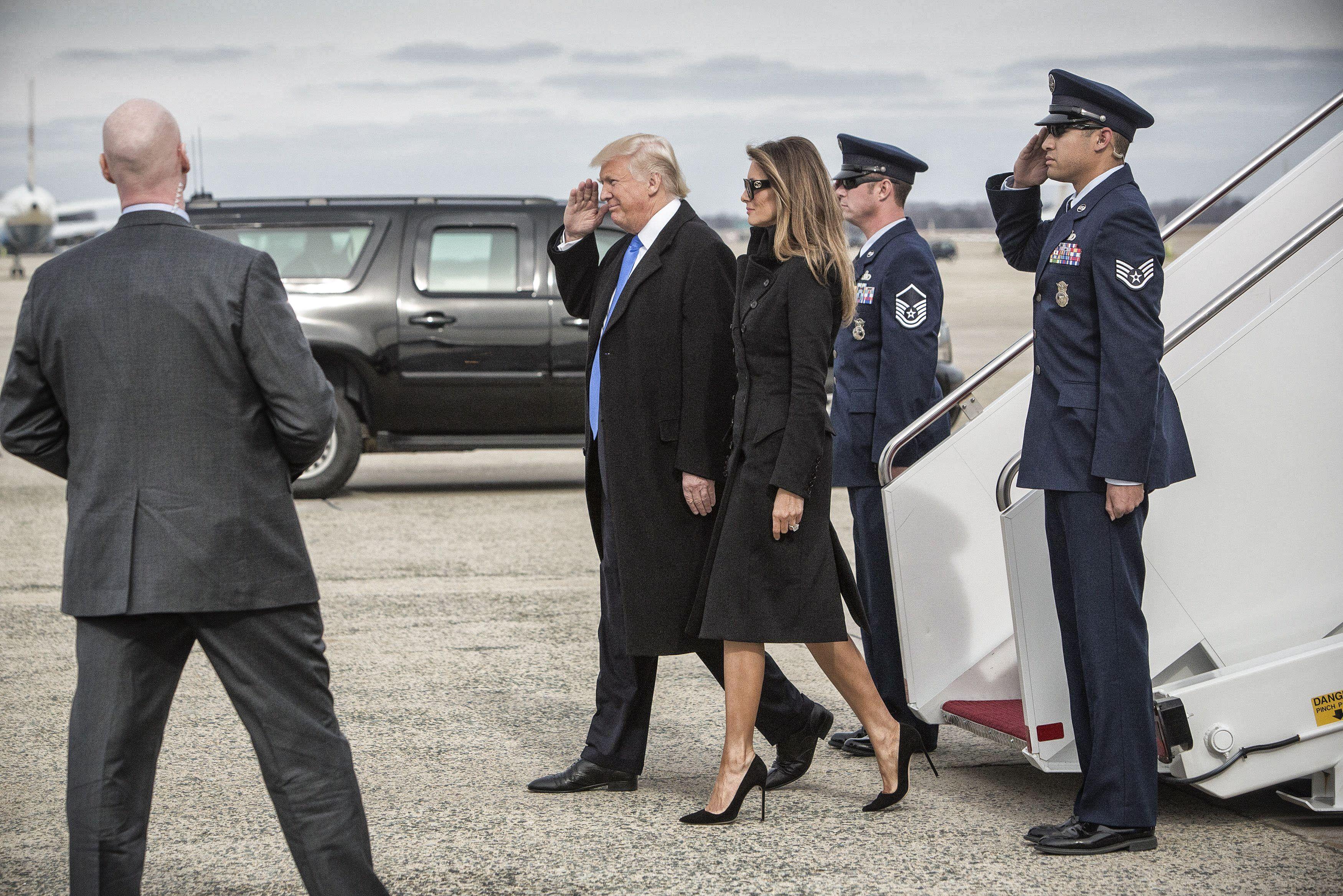 Hier is hij dan: de outfit van Melania Trump - Het Belang van Limburg: http://www.hbvl.be/cnt/dmf20170120_02685048/melania-kiest-symbolische-eerste-outfit-op-inauguratiedag