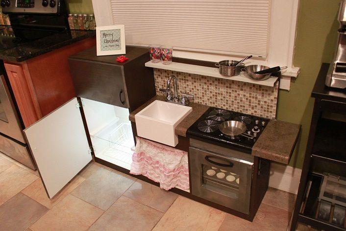 Beleuchteter Kühlschrank mit Glas- und Gemüsefach. Großes Spülbecken ...
