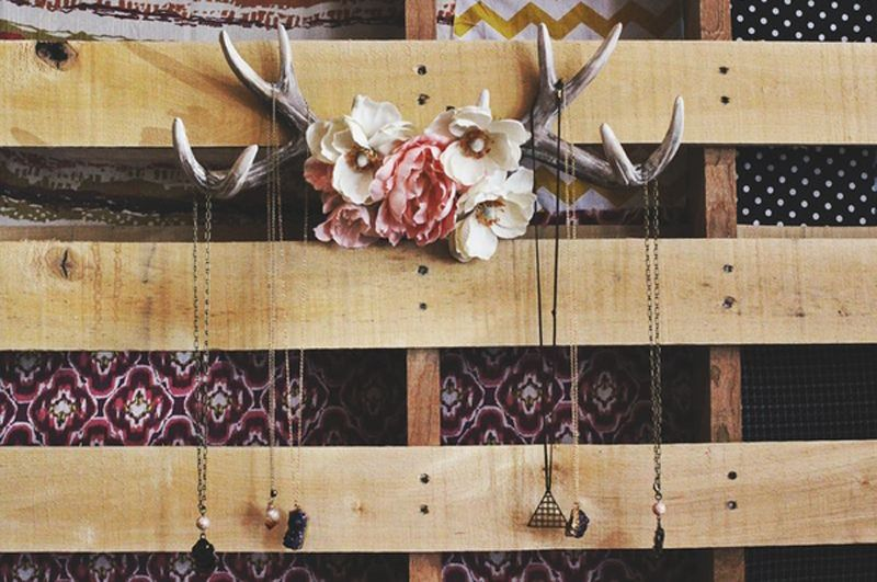 Antler necklace holder - *This is in the works at my house right now! (minus the frilly flowers in the center)