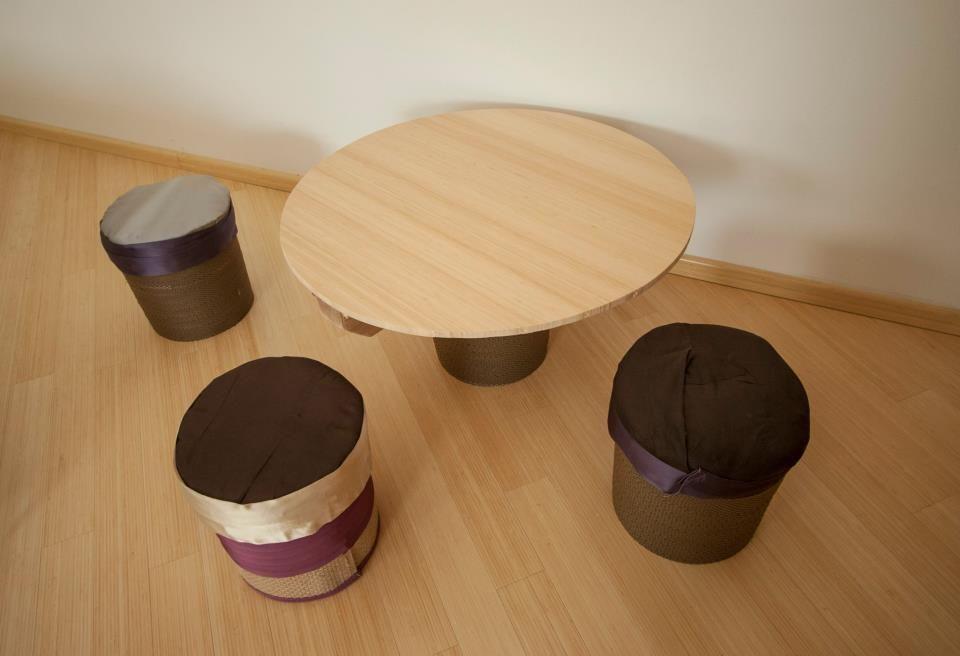 Camera doppia tavolino e sgabelli realizzati con materiale di