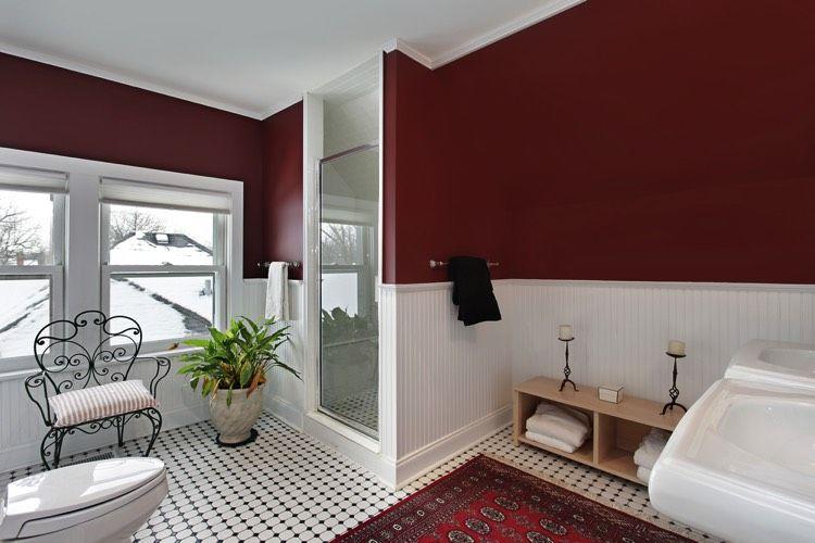 Salle de bain élégante avec son tapis et carrelage au sol, sa