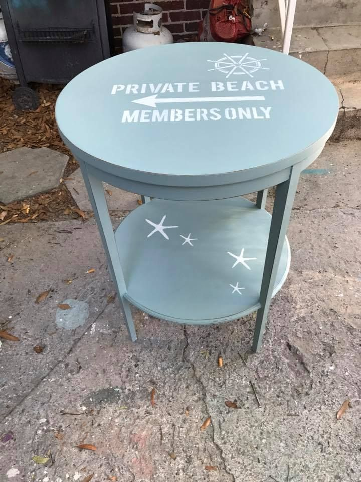 Tawny Ultch did this cute side table with Dixie Belle Paint color - Peindre Table De Chevet