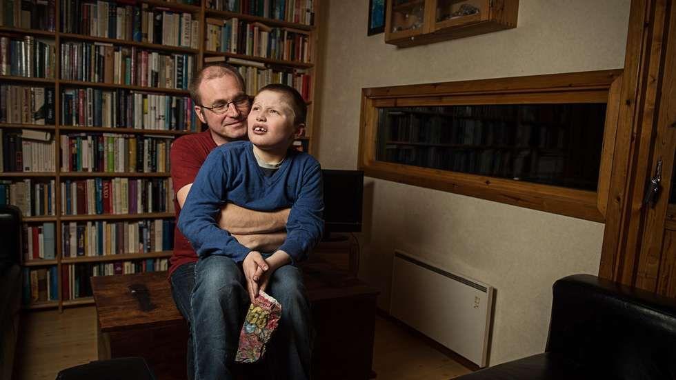 Ny på lista i 2015: Erik (10) har autisme og avlastningstilbudet flyttes fra sykehjem til sykehjem. Pappaen hans etterlyser avlastningsboligen som ble lovet i 2010.