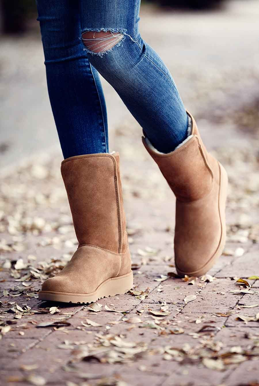 Wandfarbe Aus Kleidung Entfernen Women Wearing The Amie Boot Winter Boots Uggs Fashion Boots