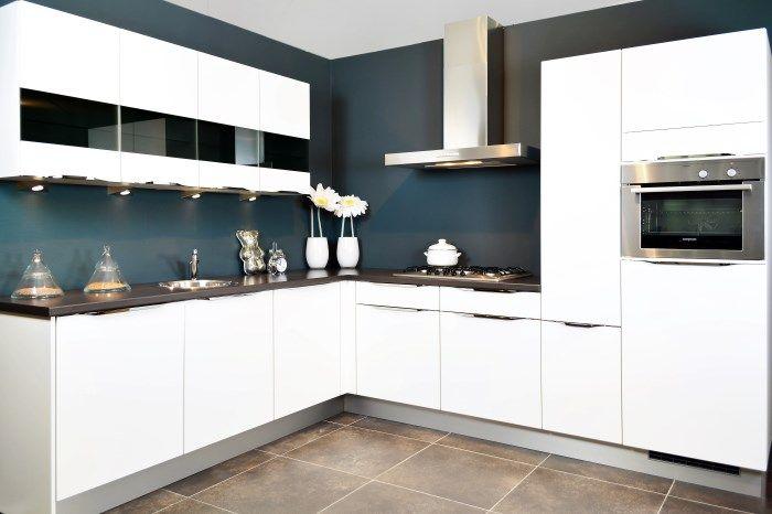 keukens acties moderne witte hoekkeuken met glaskasten | keuken, Deco ideeën
