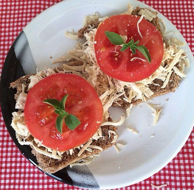 """.""""Pré janta"""": Pão integral + frango + tomate + orégano."""