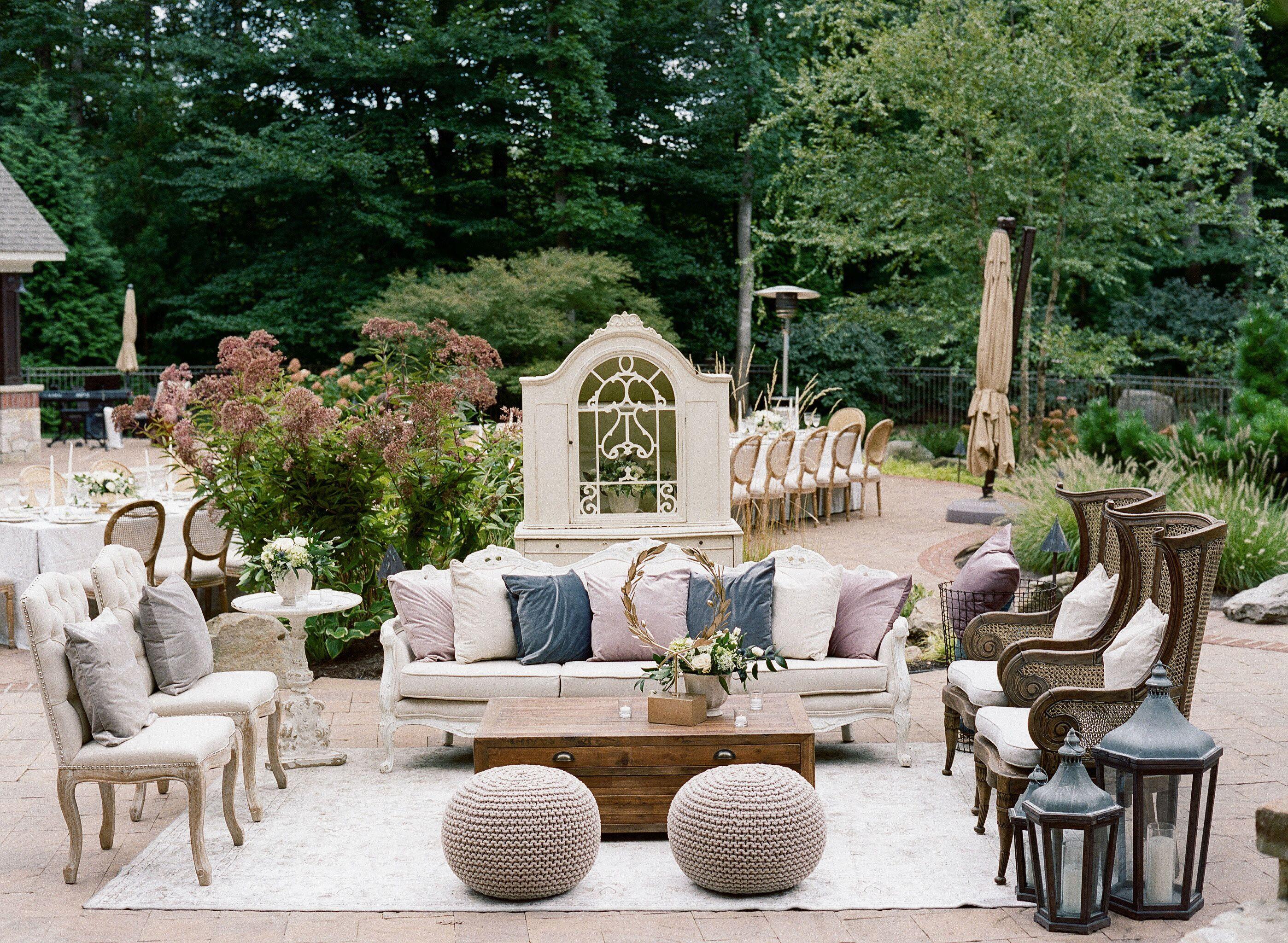 Luxury Outdoor Wedding Lounge In Leesburg Virginia Photography Elisa Bricker Styling Planning A Charming Affa Luxury Patio Furniture Patio Luxe Lounge