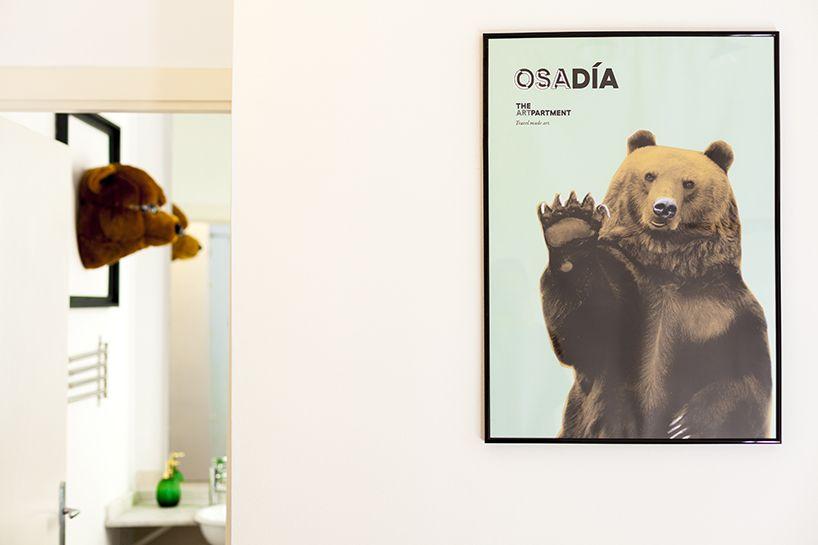 El diseño plantea un espacio cálido, pero no por ello menos divertido, donde el contraste entre el rosa y el verde da el tono.  #rent #madrid #bedroom #happy #deco #bear #fun #theartpartment #apartment