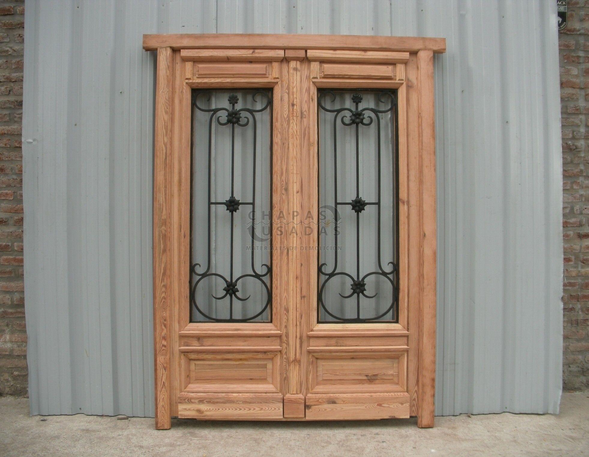 Puerta de frente de pinotea con rejas de hierro forjado for Puertas de madera y hierro antiguas