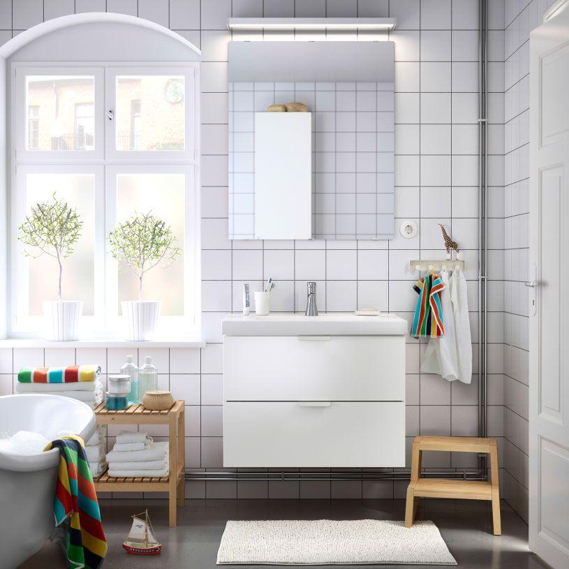 ein badezimmer mit godmorgon waschbeckenschrank mit 2 schubladen in wei godmorgon spiegel und. Black Bedroom Furniture Sets. Home Design Ideas