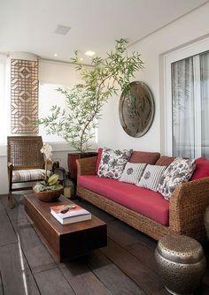Na composição, sofá em fibra de bananeira, cadeira em ...