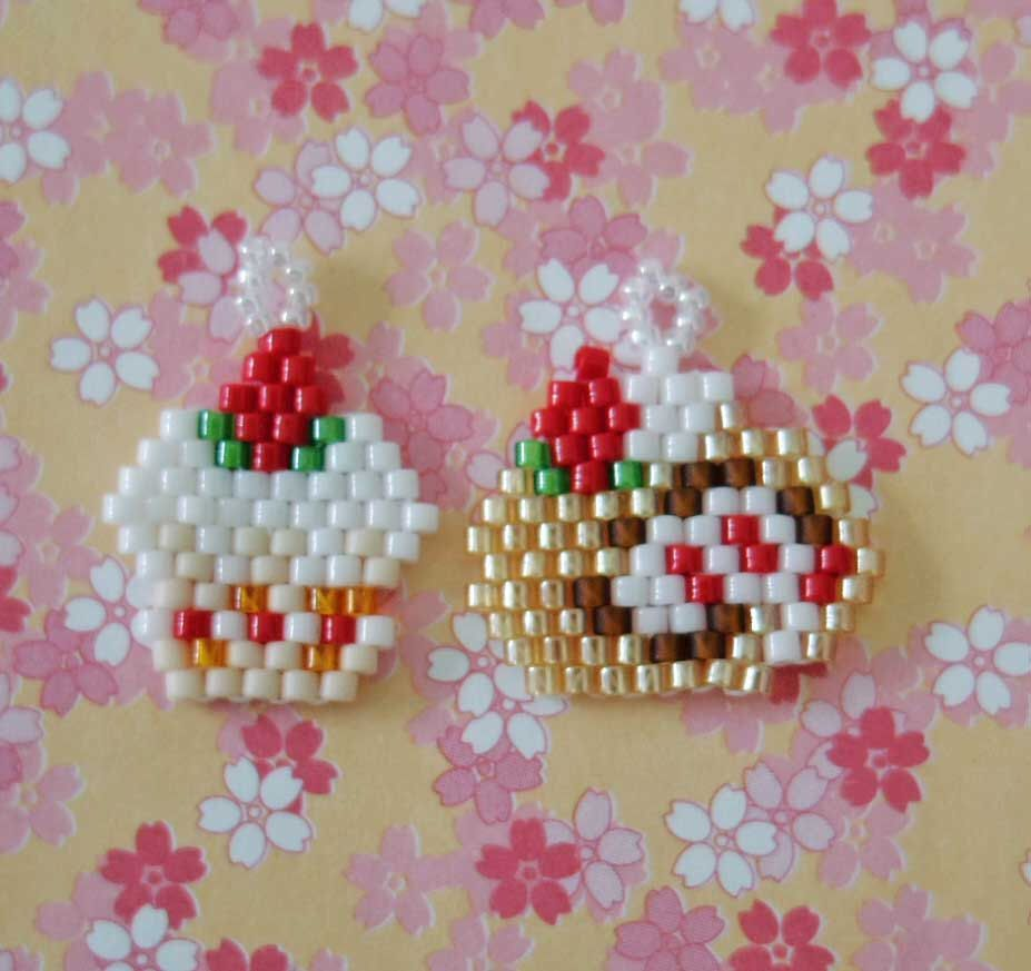 Delica Beads Peyote Stitch Charm : Cupcake and Rollcake by BeadsCactus on Etsy https://www.etsy.com/listing/193888308/delica-beads-peyote-stitch-charm-cupcake