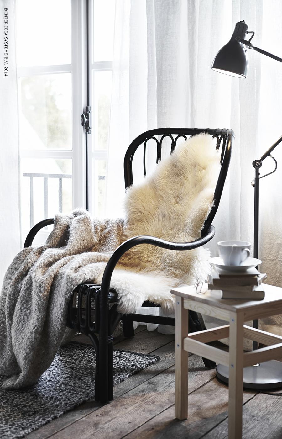 le petit coin lecture parfait fauteuil storsele plaid ikea stockholm peau de mouton. Black Bedroom Furniture Sets. Home Design Ideas