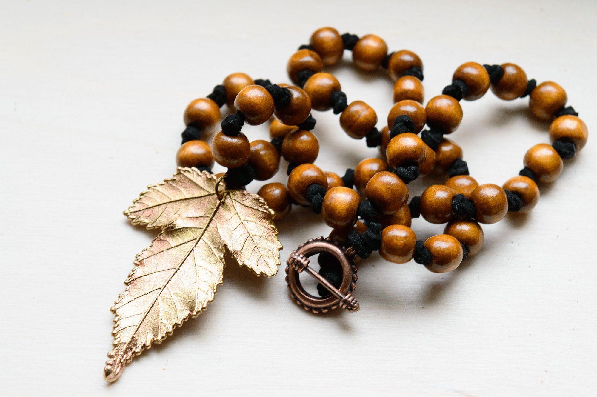 Photo of Galvanogeformtes Blatt mit Holzperlen, Natur-Halskette, Golden Leaf Charm, Perlenkette, Holz …