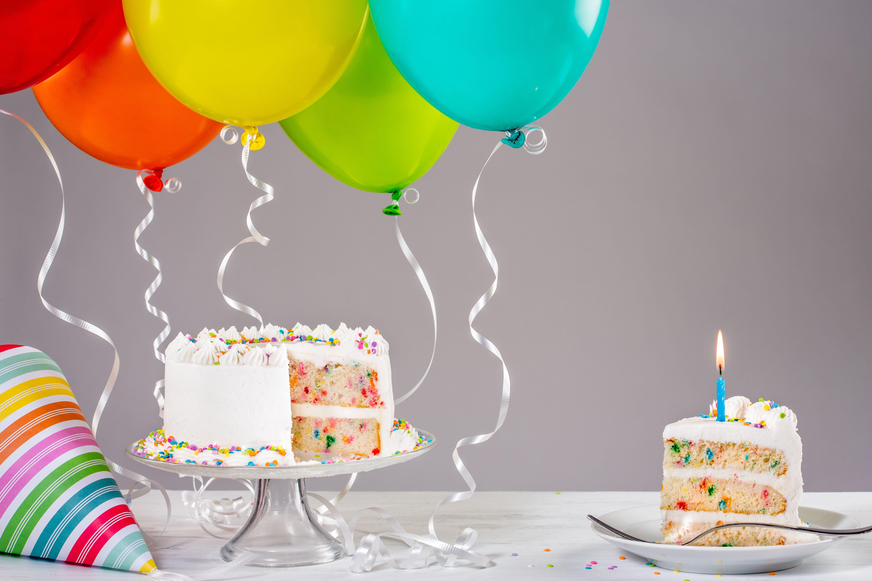 Днем рождения, открытка торт с шарами с днем рождения