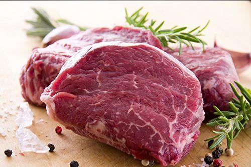 Das Hüftsteak ist ein relativ günstiger Teil des Rindes. Wie der Name schon sagt, wird es aus der Hüfte geschnitten. Es ist nur wenig marmoriert und trocknet beim braten schnell aus, wenn man nicht aufpasst.