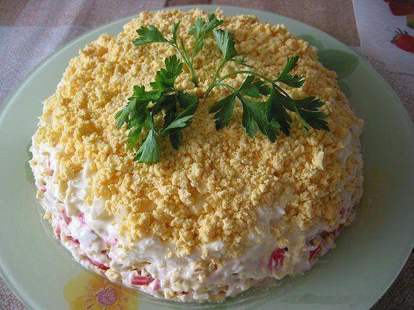 Слоеный салат с тунцом и крабовыми палочками | Рецепт ...