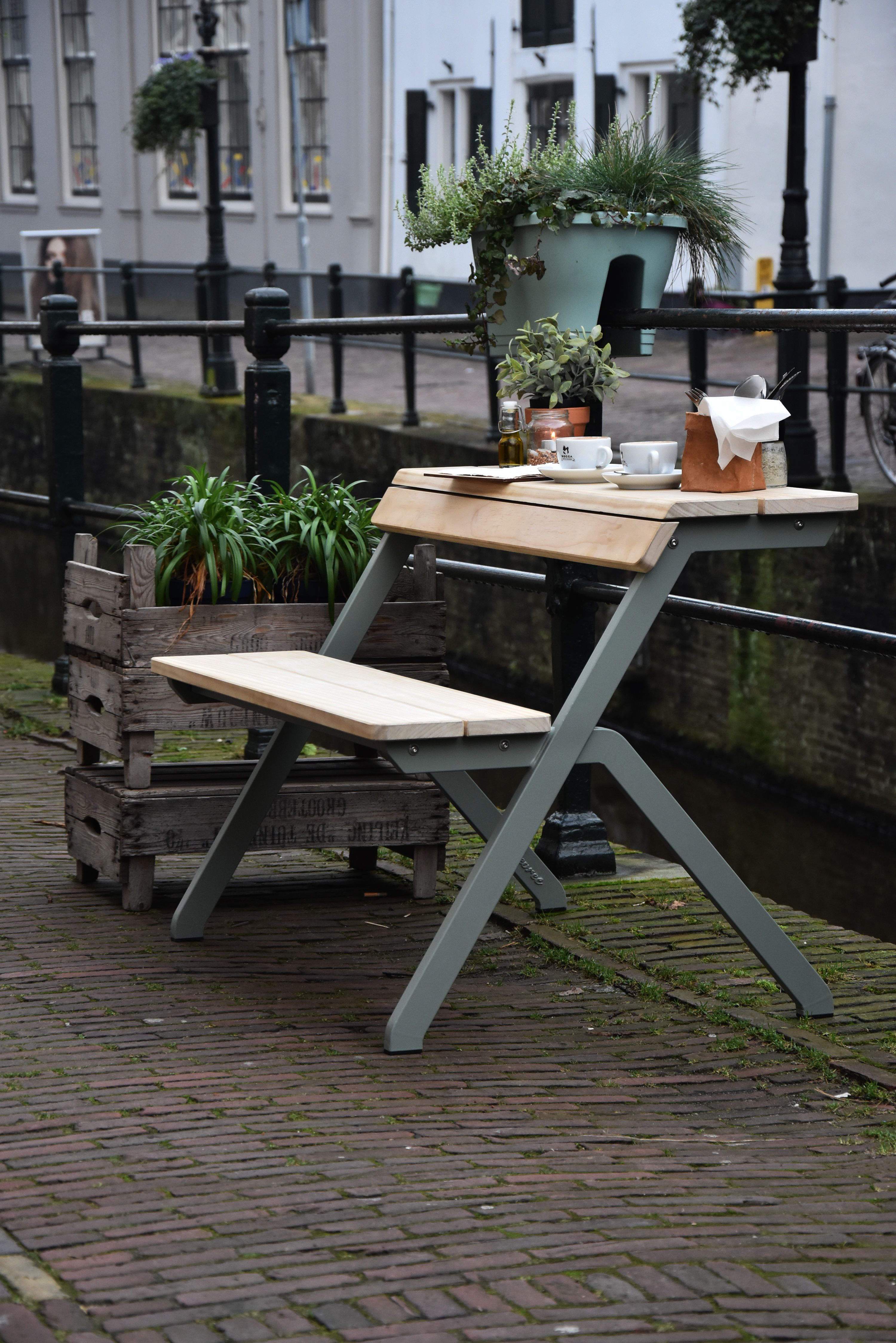 The tabelebench is an ideal workplace but can also function as a terrace